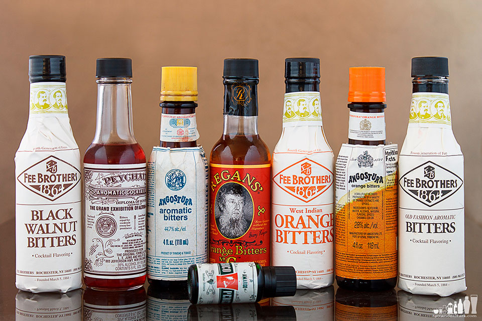Atrás y de izquierda a derecha: Fee Brothers Black Walnut Bitters, Peychaud's Bitters, Angostura Aromatic Bitters, Regans' Orange Bitters Nº 6, Fee Brothers West Indian Orange Bitters, Angostura Orange Bitters, Fee Brothers Old Fashion Aromatic Bitters. Adelante: Perico Pérez Mollar Bitters.