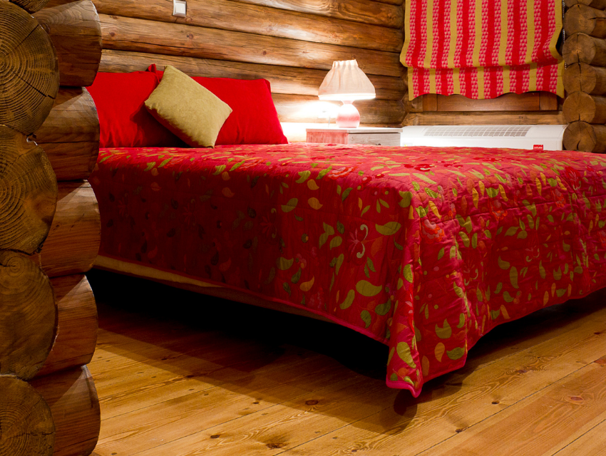 Lakeside-Living_Manitowish-Waters_Northwoods-WI_Bedding-Basics_Cabin-Bedroom_Log-Walls_Red-Quilt-and-Pillows