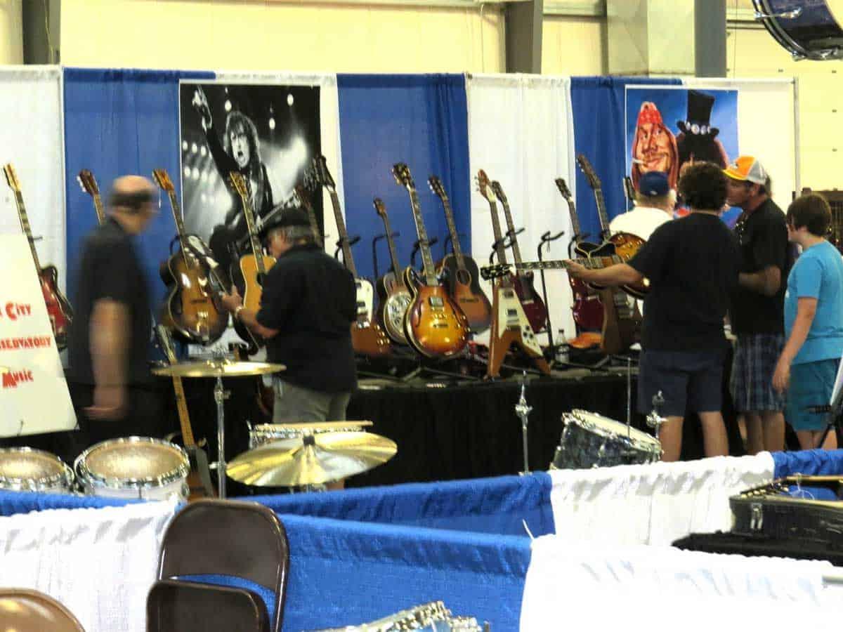 chicago-vintage-guitar-drum-vinyl-record-show-01