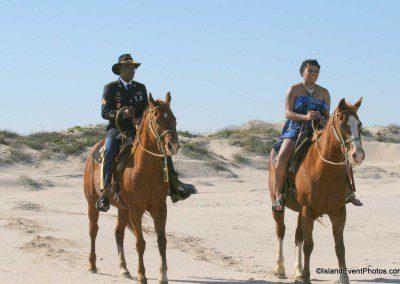 weddings-on-the-beach-couple2-horseback