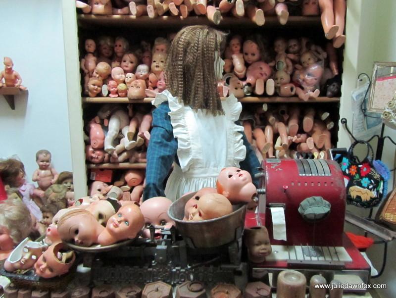 Weighing doll's heads, Hospital de Bonecas, Lisbon