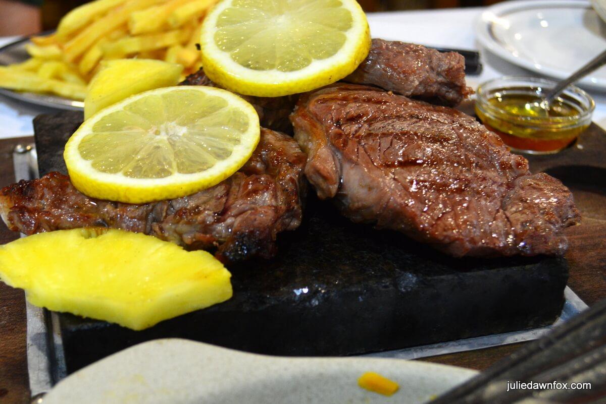 Naco na pedra. Steak on a hot stone