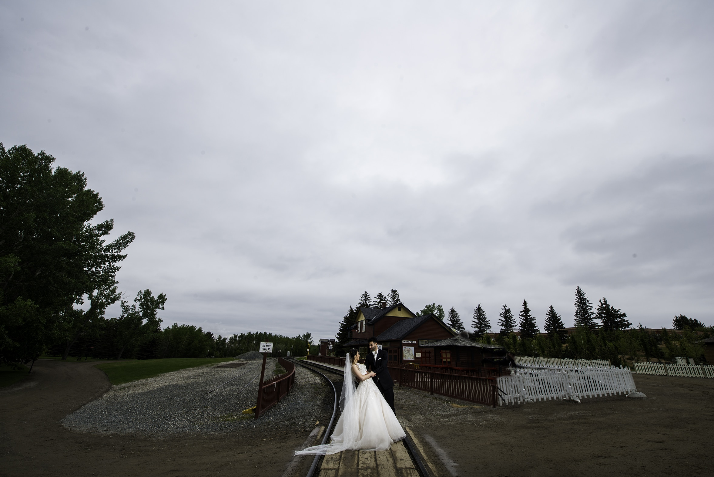 railway bride and groom pictures