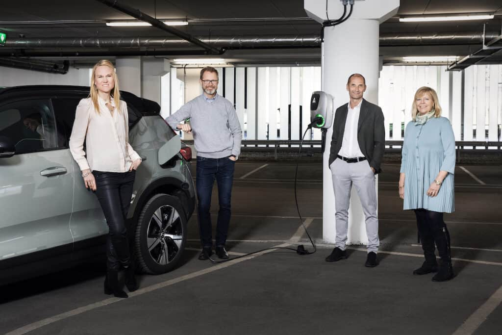 Inauguration group picture in front of charging car: Susanne Hägglund, Responsible Global aftermarket Volvo Cars; Axel Thegerström Edh, Sustainability Director Essity; Rasmus Bergström, Managing Director BatteryLoop; and Agneta Kores, Managing Director Stena Fastigheter Göteborg