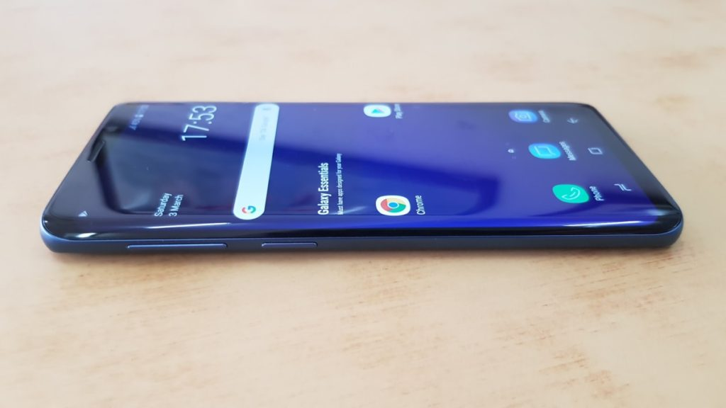The left side of the Galaxy S9 hosts a volume rocker and the dedicated button to summon Bixby