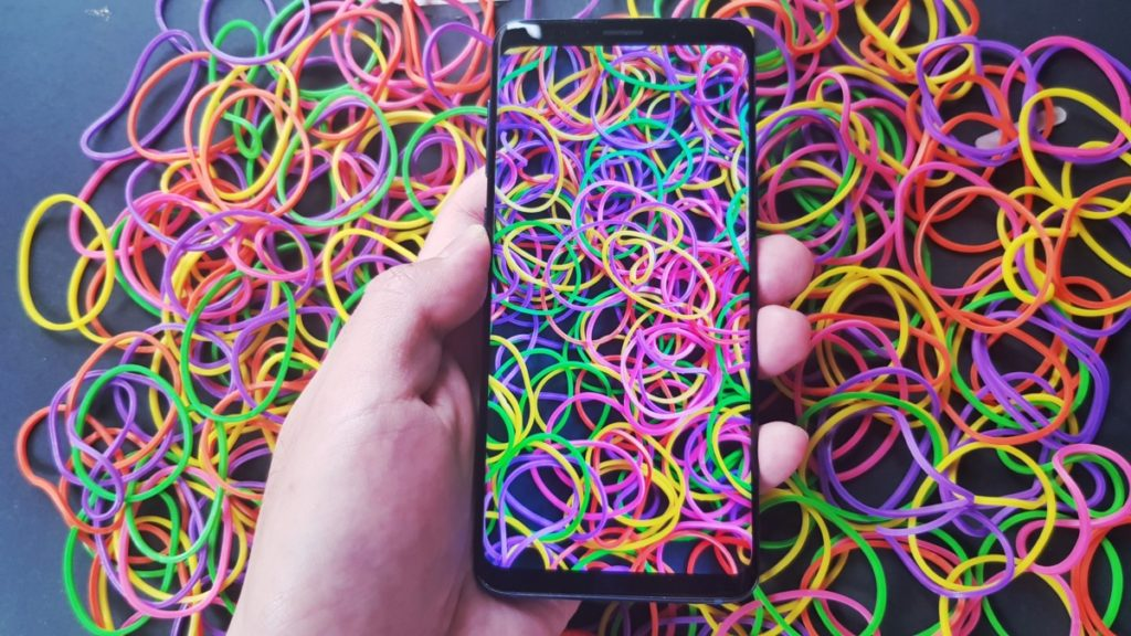The Galaxy S9's Super AMOLED display proved to be vibrant enough to capture the hues of these multi-coloured rubber bands.