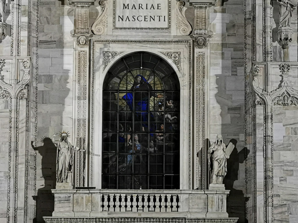Check out how the engraved text 'Mariae Nascenti' on the portal is viewable even from far away with the P30 series zoom capability