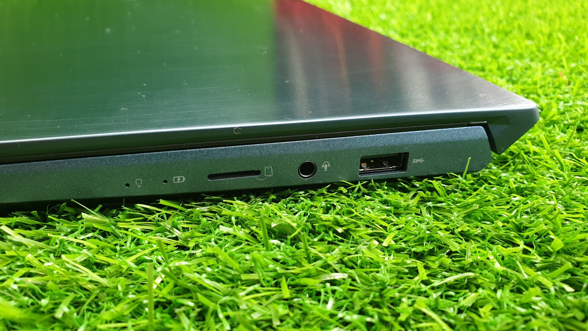 Asus ZenBook Pro Duo UX481F right side