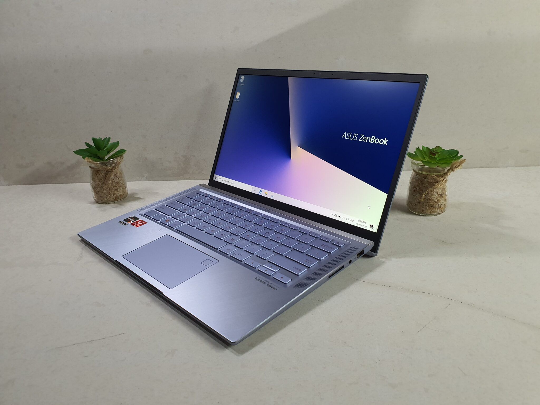 Asus ZenBook 14 UM431 home screen angled