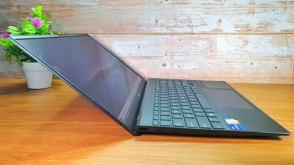 ASUS ZenBook 14 UX425E review side angle
