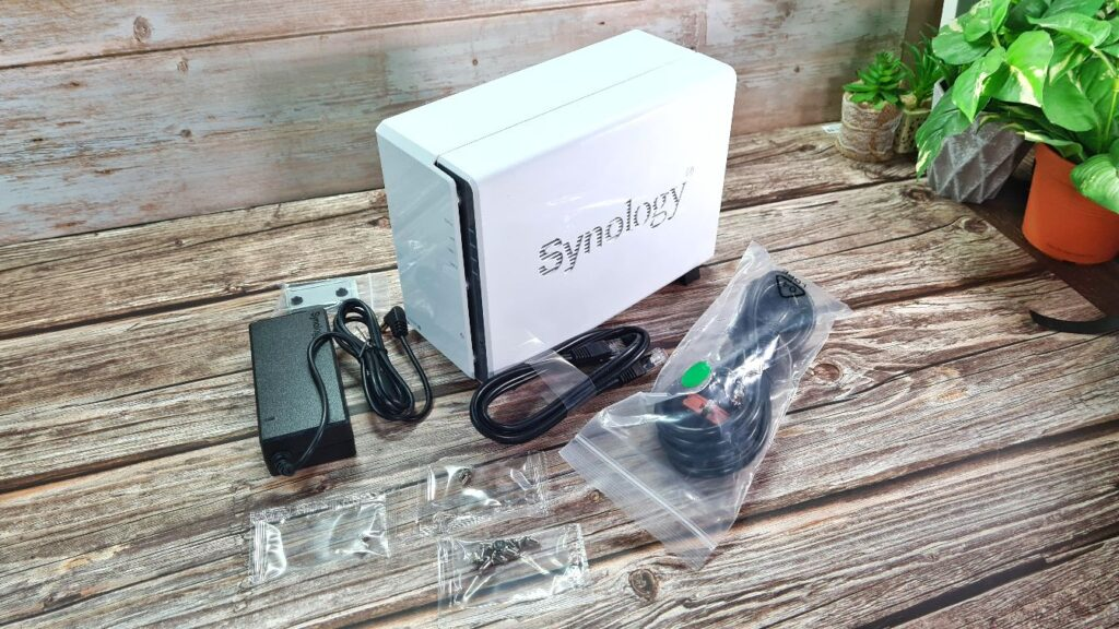 Synology DiskStation DS220j  box contents
