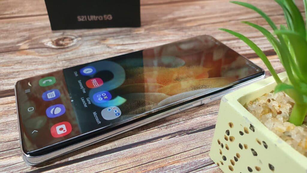 Samsung Galaxy S21 Ultra Samsung Galaxy S21 series angled