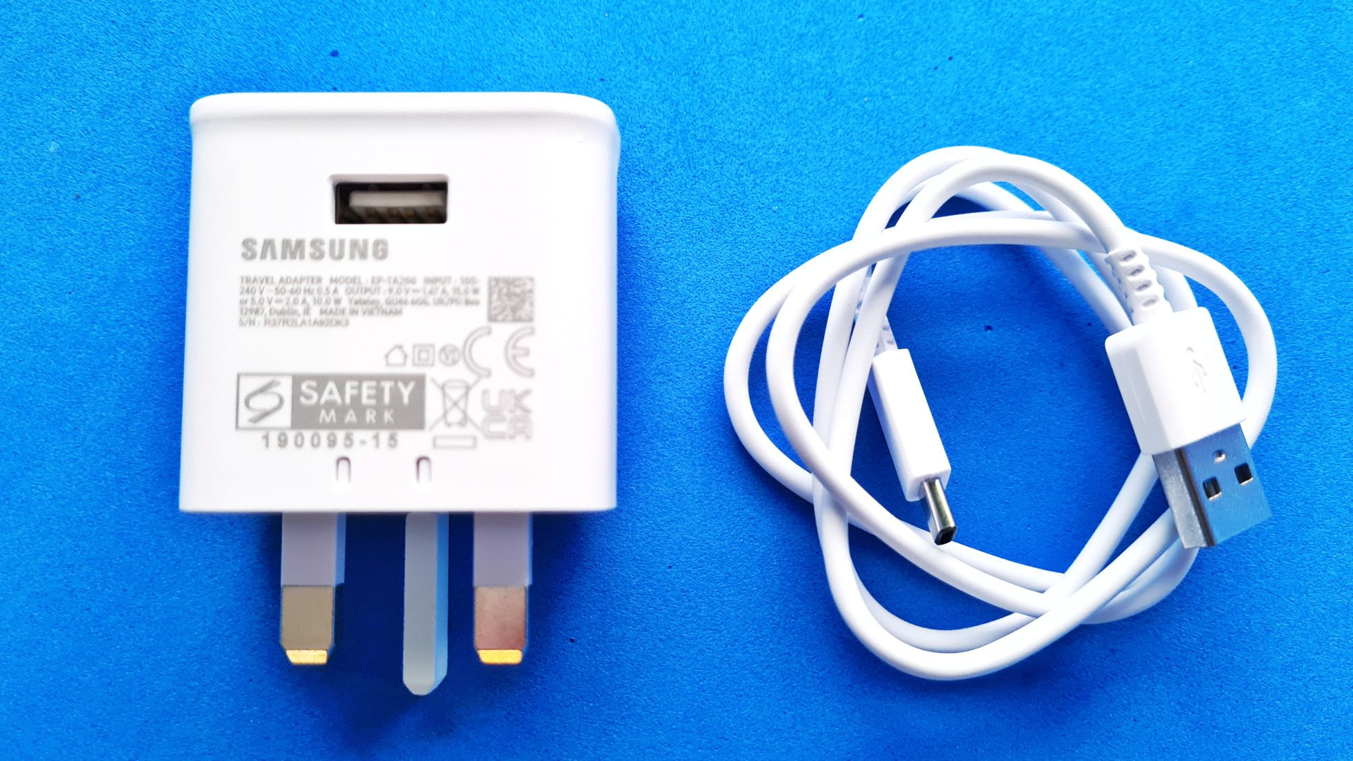 Samsung Galaxy A52 Unboxing cable and charger