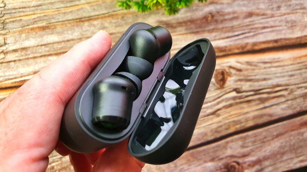 Razer Hammerhead True Wireless Pro one handed opening