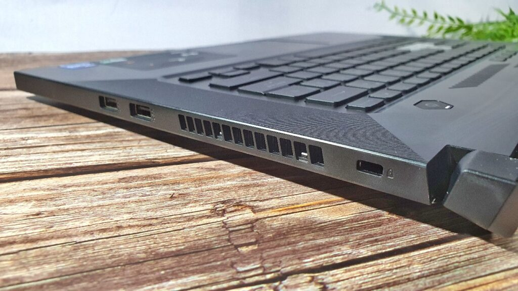 ASUS TUF Dash F15 FX516PM Review right side