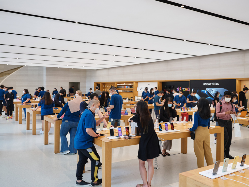 An image of an Apple Store in Singapore at the recent iPhone 12 launch