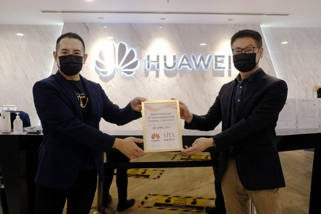 Mr. Kiro Tan, VITAMEDIA CEO and Mr. Lim Chee Siong, Huawei Malaysia Vice President of Cloud and AI, holding up a plaque to commemorate the Memorandum of Collaboration (MoC)