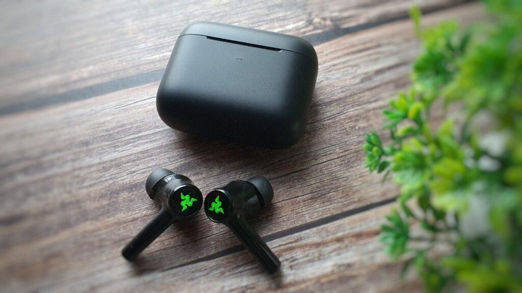 Razer Hammerhead True Wireless 2021 box and buds close up