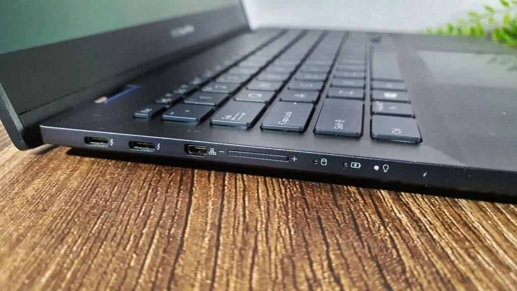 ASUS ExpertBook B5 Flip Review (B5302F) left side
