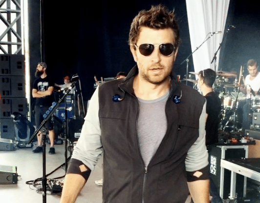 Brett Eldredge goes barefoot…