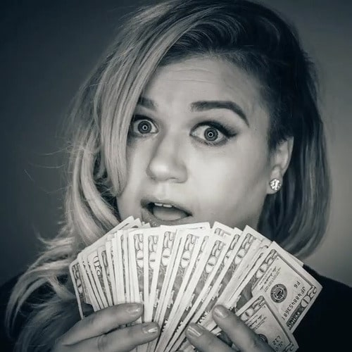 """Read more about the article Kelly Clarkson covers Rihanna's """"Bitch Better Have My Money"""""""