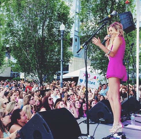 Read more about the article Kelsea Ballerini's legs deserves sonnets written about them.