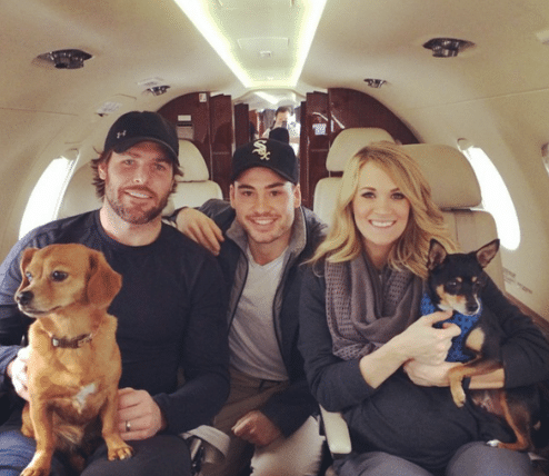 Read more about the article Anyone else wanna be one of Carrie Underwood and Mike Fisher's dog after this photo?