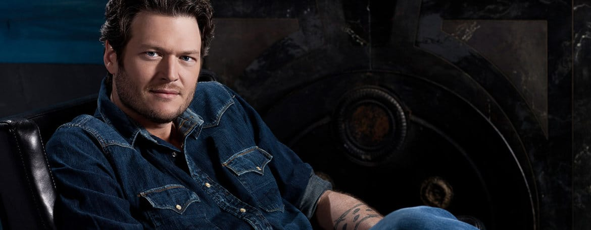 Read more about the article Blake Shelton gets a little tongue action from his girl