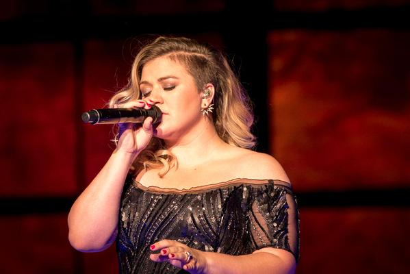 Kelly Clarkson covers the Fugees' 'Killing Me Softly'