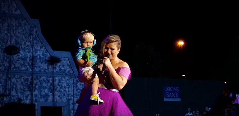 Read more about the article Want to Catch Kelly Clarkson's Attention in Concert? Bring a Baby!