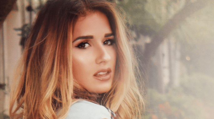 Jessie James Decker's Fans Turn the Lights Down Low (Watch!)