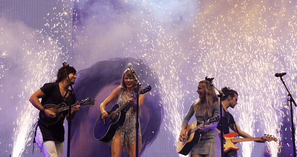 Taylor Swift brings out The Band Perry as a guest on The 1989 World Tour!