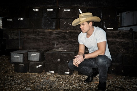 Dustin Lynch debuts new lyric video for 'Mind Reader'
