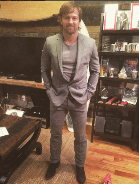 Read more about the article OMG Kip Moore in a suit is so drool worthy.