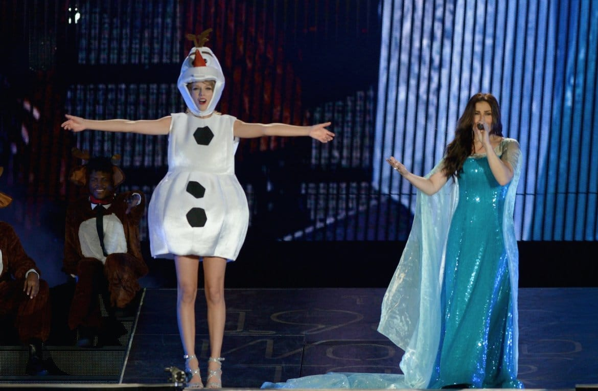 Read more about the article Taylor Swift dresses as Olaf, sings 'Let It Go' with Idina Menzel on last U.S. tour stop