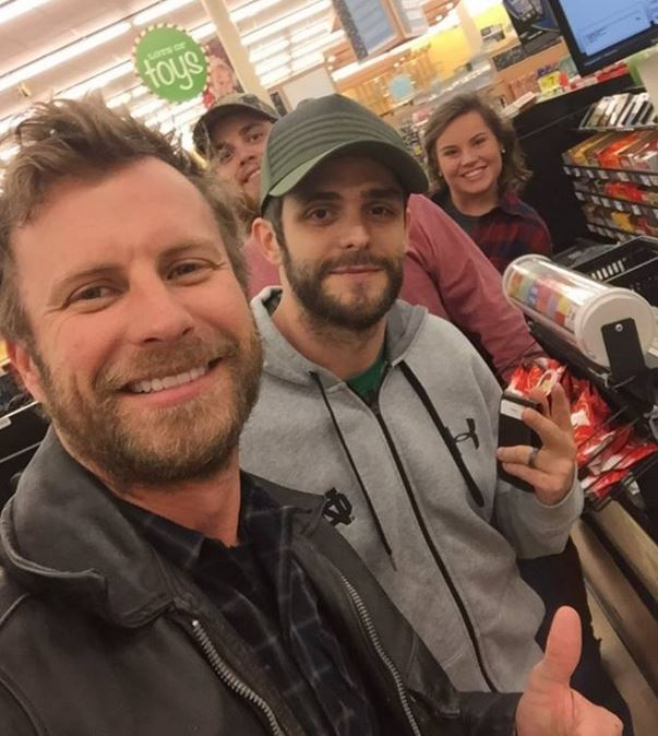 Read more about the article Dierks borrows beer money from Thomas Rhett…