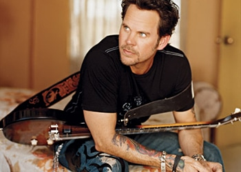 Read more about the article Watch Gary Allan throw down his best hip hop moves with the help of Salt-N-Pepa