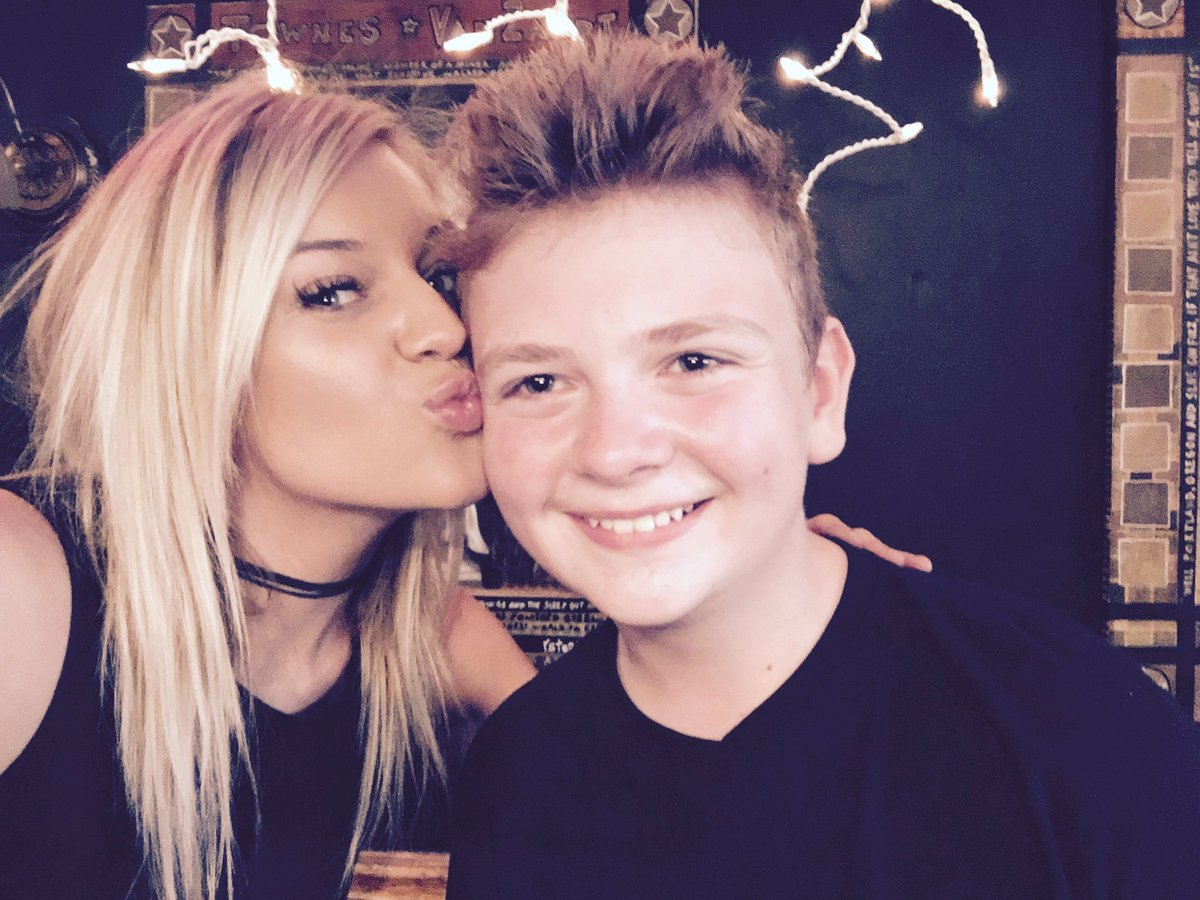 Read more about the article Watch Kelsea Ballerini surprise boy who wrote response to her song 'Peter Pan'