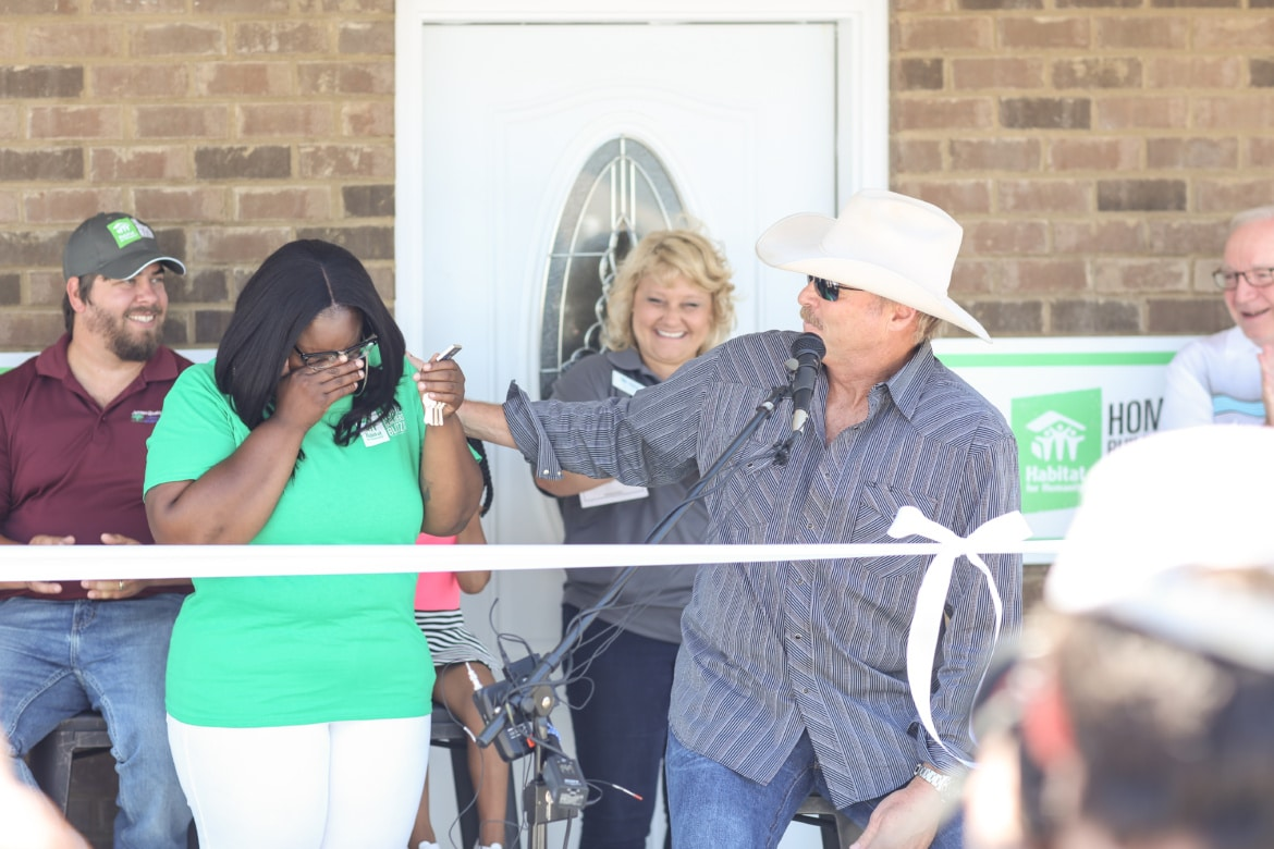 Read more about the article Alan Jackson helps Habitat for Humanity give home to one deserving family