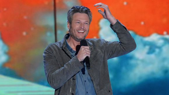 Debra Messing Apologizes After Blasting Blake Shelton