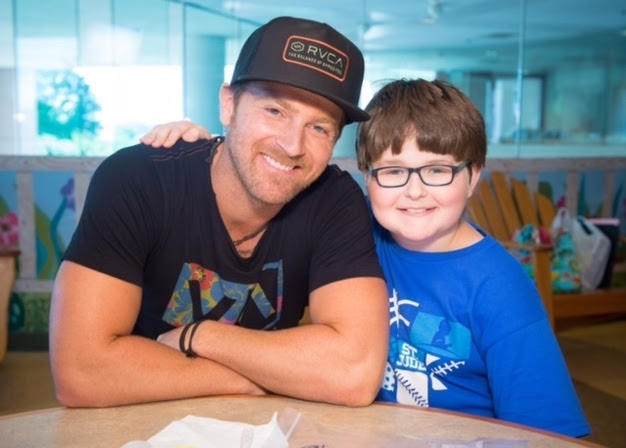 Read more about the article Kip Moore visits with children from St. Jude Children's Research Hospital. Serenades them with Josh Turner song (watch)