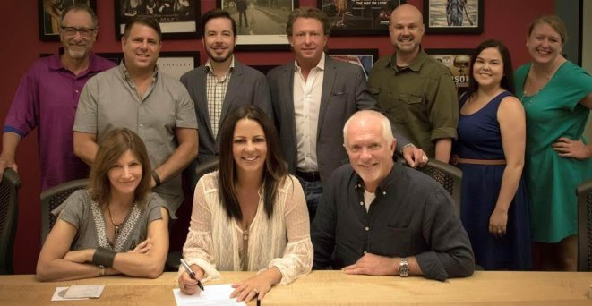 Sara Evans Inks Sweet New Record Deal