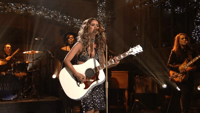 """Read more about the article Watch Maren Morris Rock 30 Rock on """"SNL"""""""