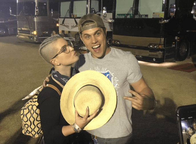 Read more about the article Kelly Osbourne and Dustin Lynch Either Have Love or Jokes…