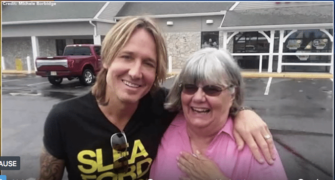 Woman Pays Keith Urban's Tab…Not Knowing Who He Was!