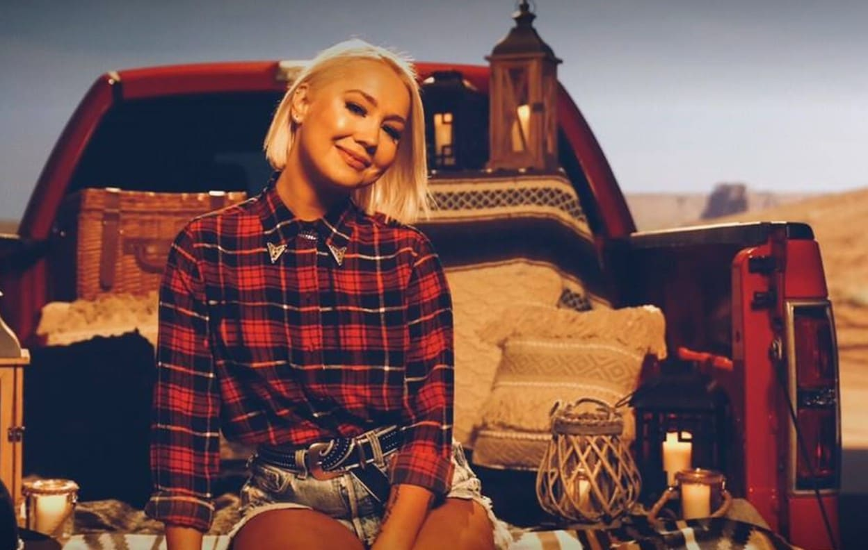 """Read more about the article Interview: RaeLynn Talks All Things """"Tailgate"""""""