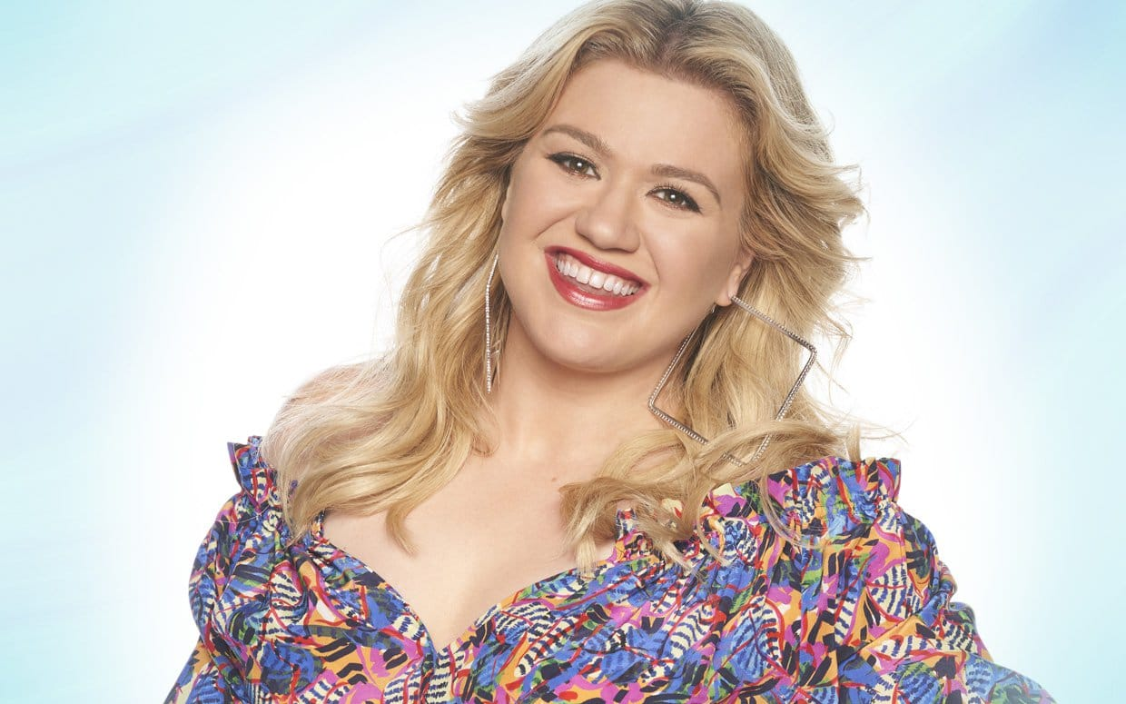 """Kelly Clarkson Weighs In On Country Radio: 'Y'all Don't Play People with Boobs"""""""