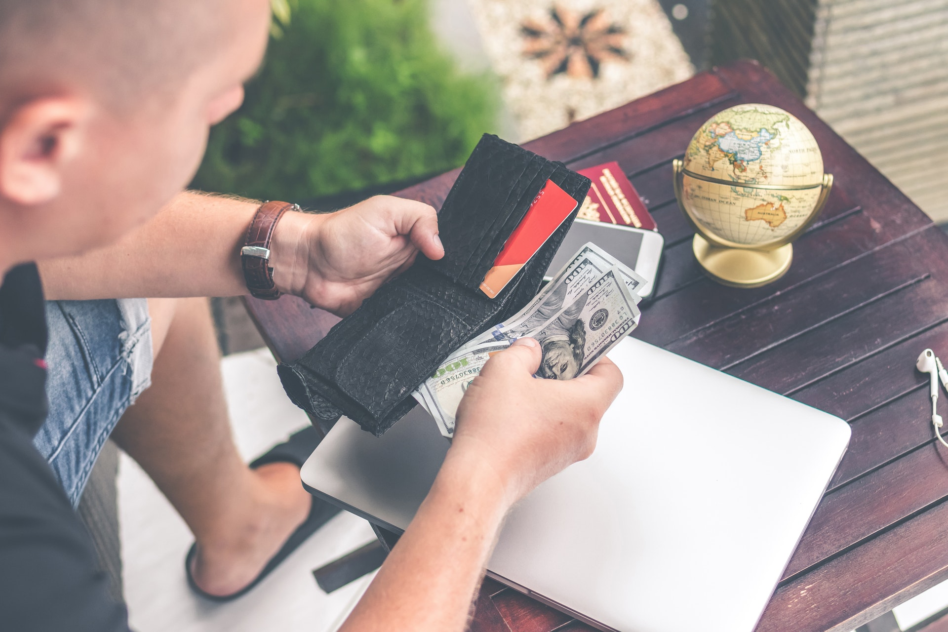 Read more about the article Easy Ways To Send Money Abroad
