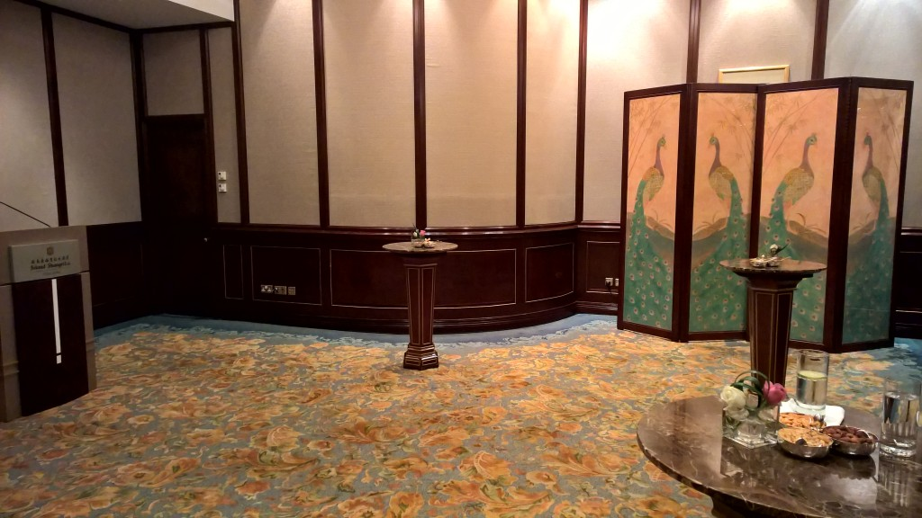 Lending an oriental look to the room with a 4-piece screen