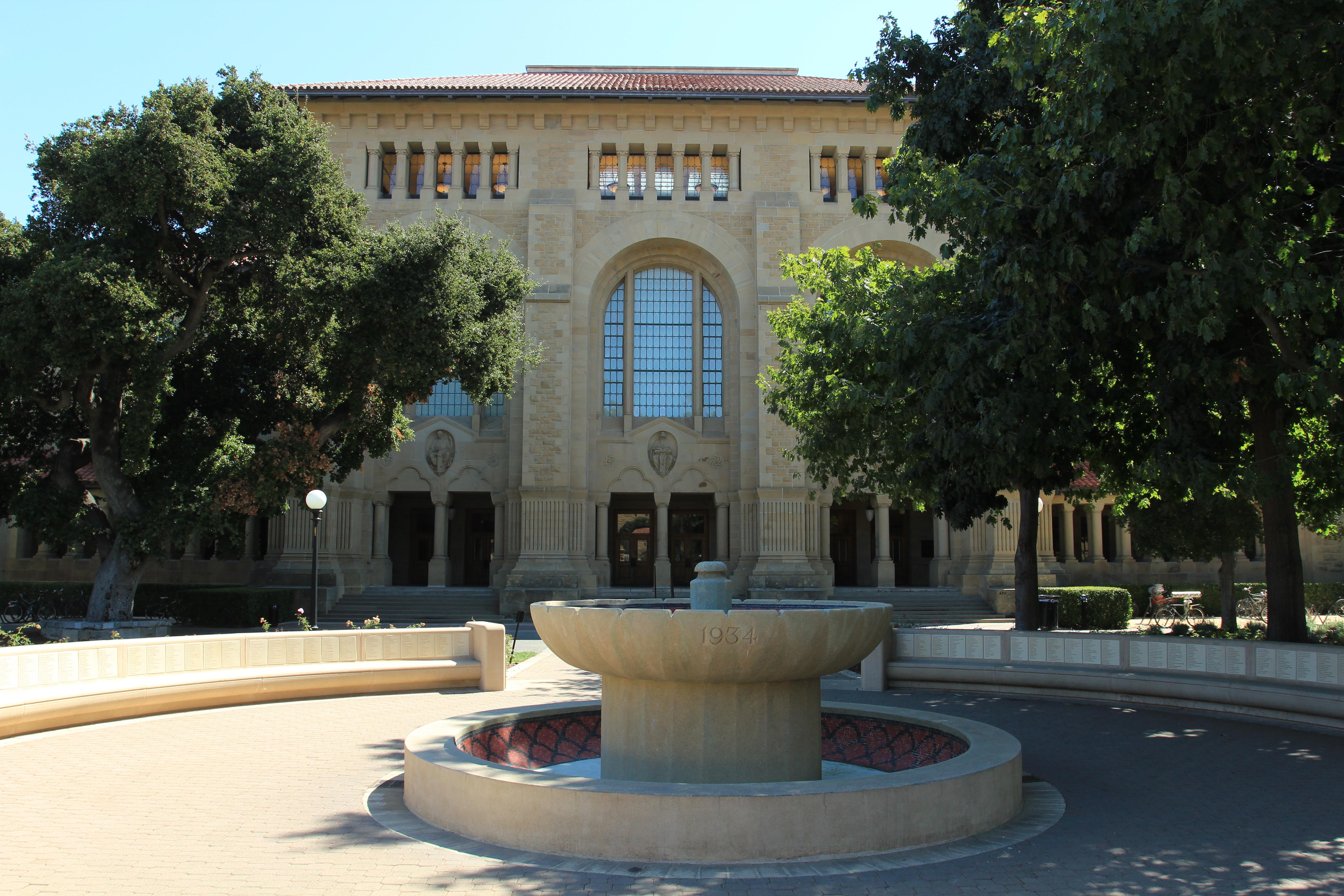 Memorial Hall - com o nome de todos os alunos que ajudaram a universidade